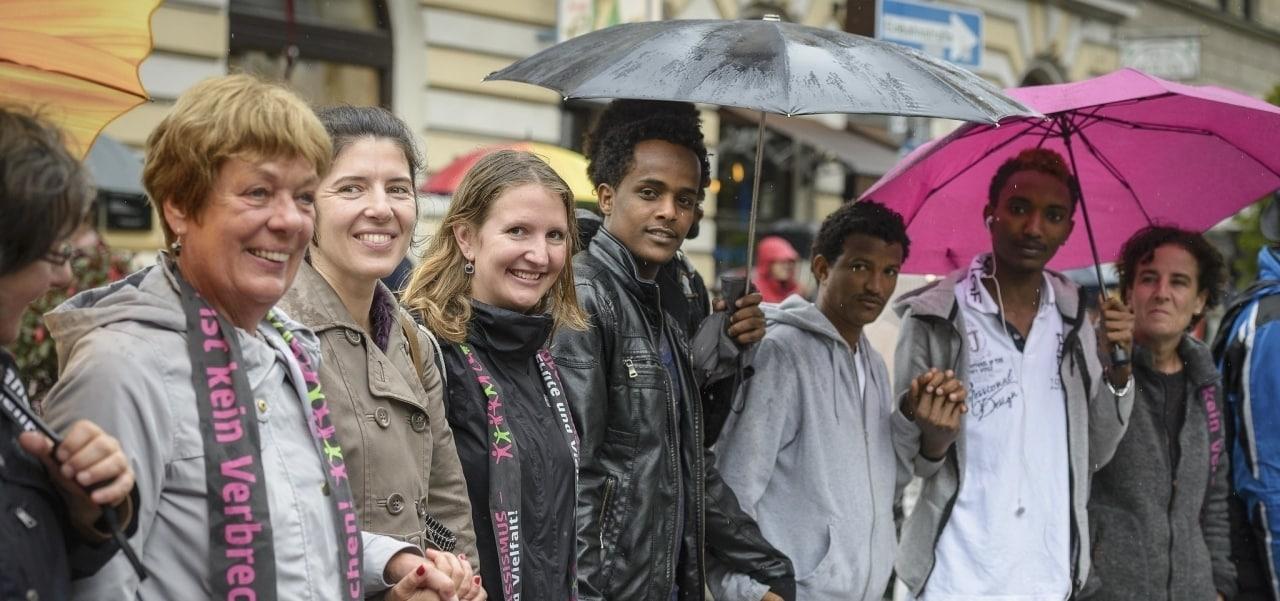 Menschenkette nach Antirassistischer Demo in München. Demonstrant*innen unterschiedlichen Alters, Geschlechts und Hausfarbe.